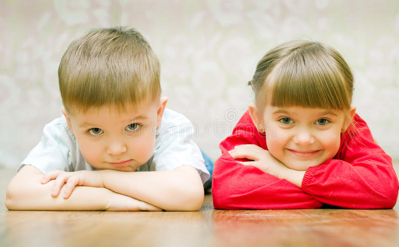男孩滑稽的女孩 免版税库存图片