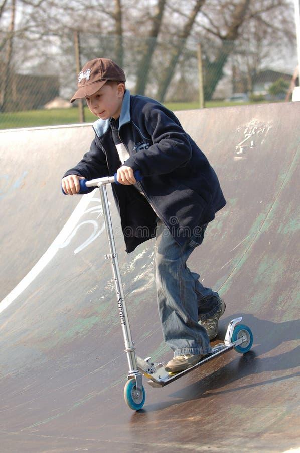 男孩滑行车年轻人 免版税库存照片