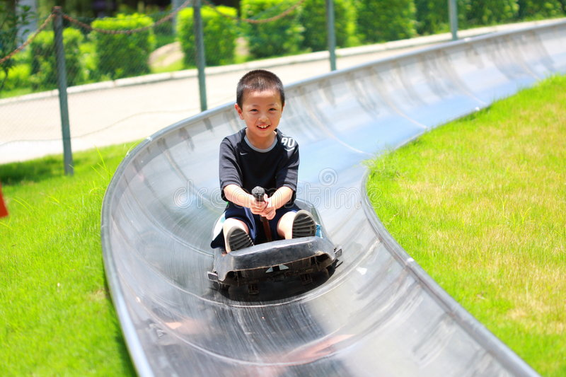 男孩滑行车 免版税库存图片