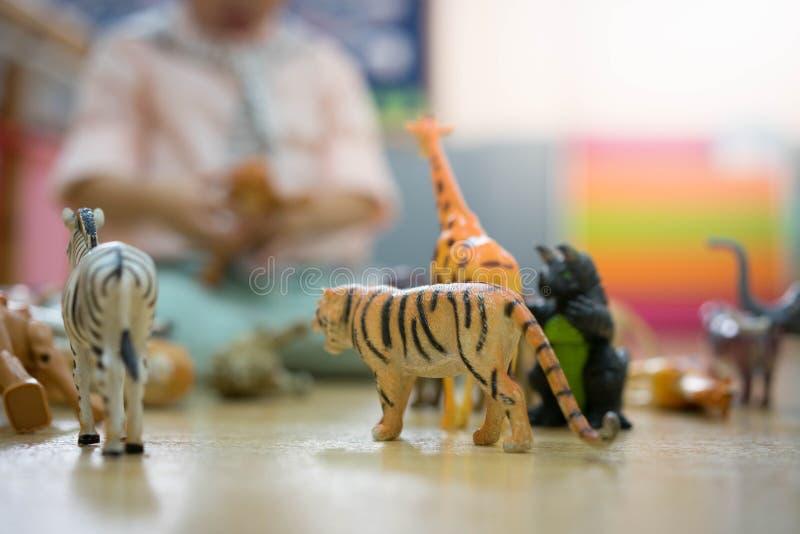 男孩演奏动物玩具 免版税库存图片
