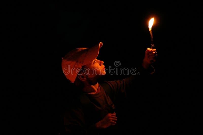 男孩灼烧的藏品枝杈年轻人 免版税库存图片