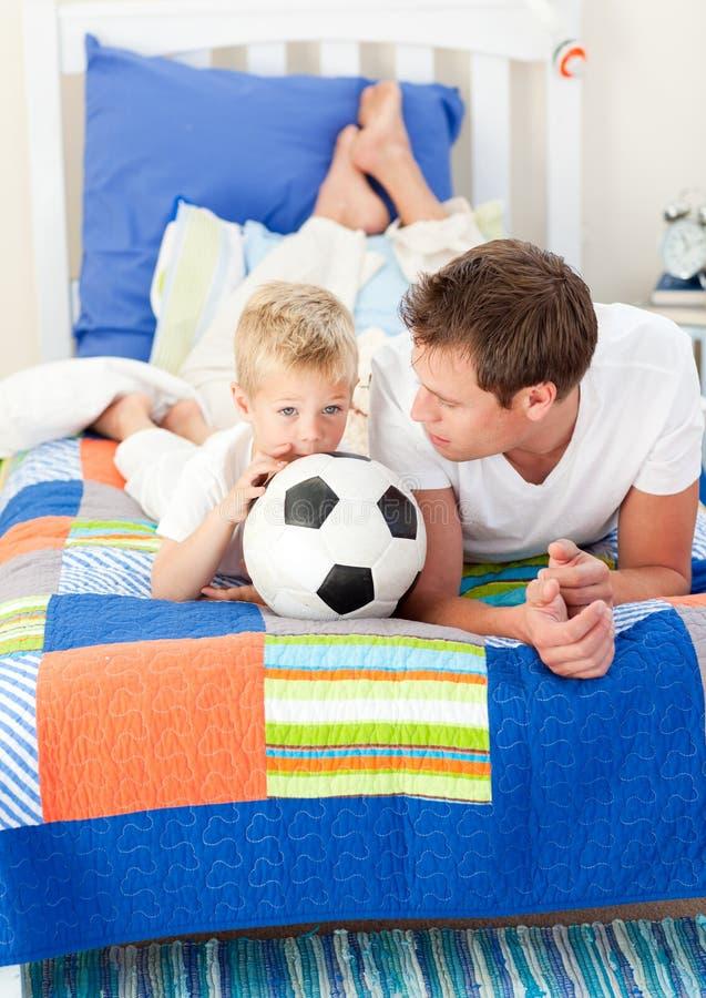 男孩父亲橄榄球他符合注意 图库摄影