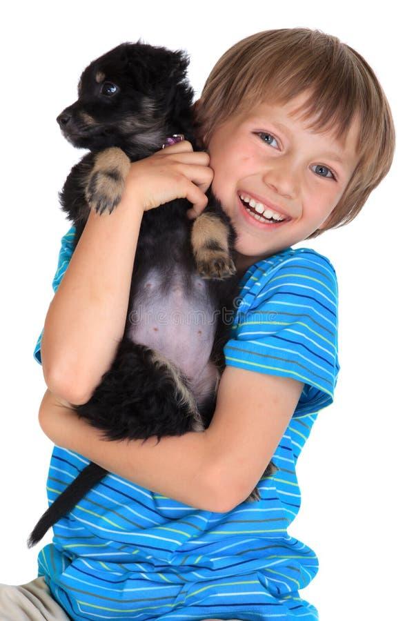 男孩狗愉快的宠物年轻人 免版税库存图片
