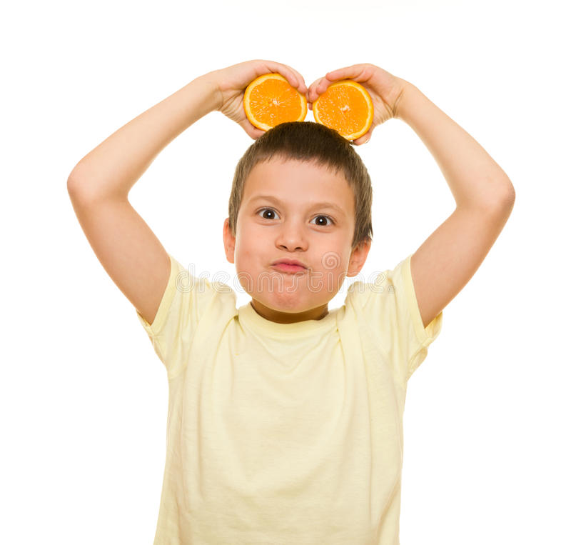 男孩用切的桔子 库存照片