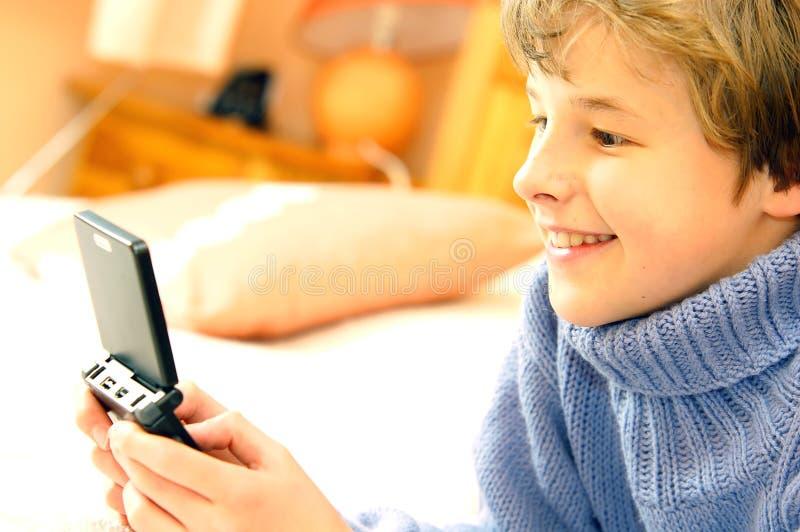 男孩电脑游戏使用 库存照片