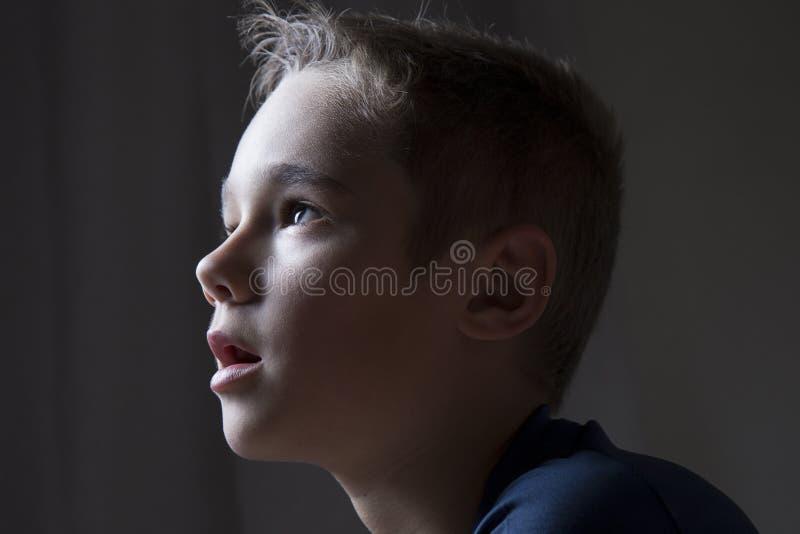 男孩电视注意的年轻人 免版税库存图片