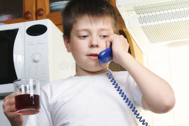 男孩电话联系的茶白色 免版税图库摄影