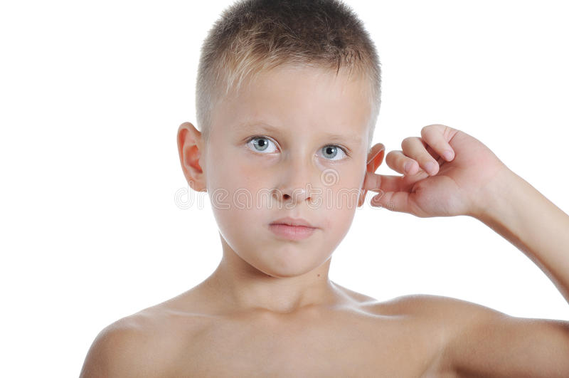 男孩男婴手接触耳朵 免版税库存图片