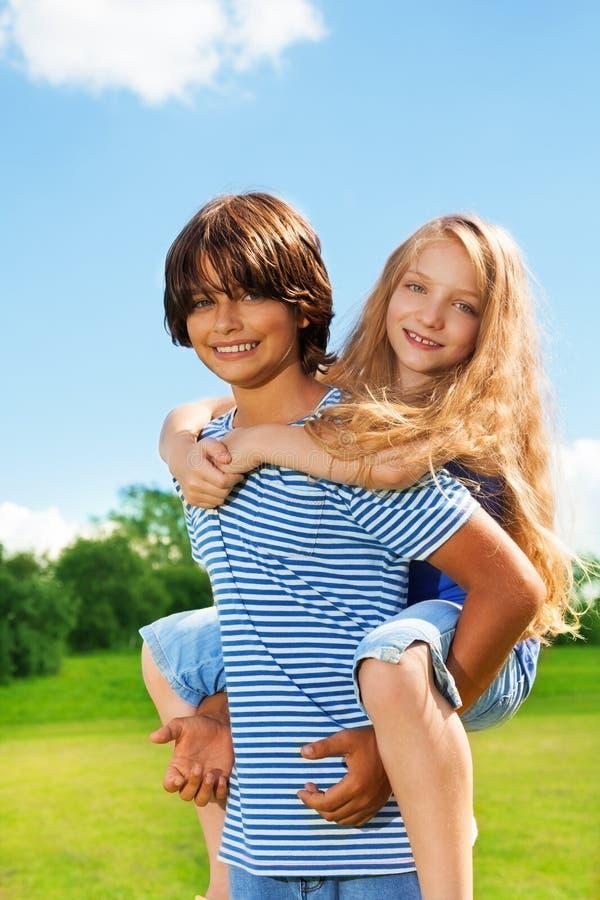 男孩的女孩支持 免版税库存照片