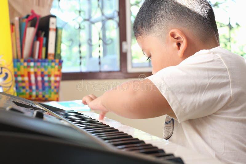 男孩的手。弹钢琴 图库摄影