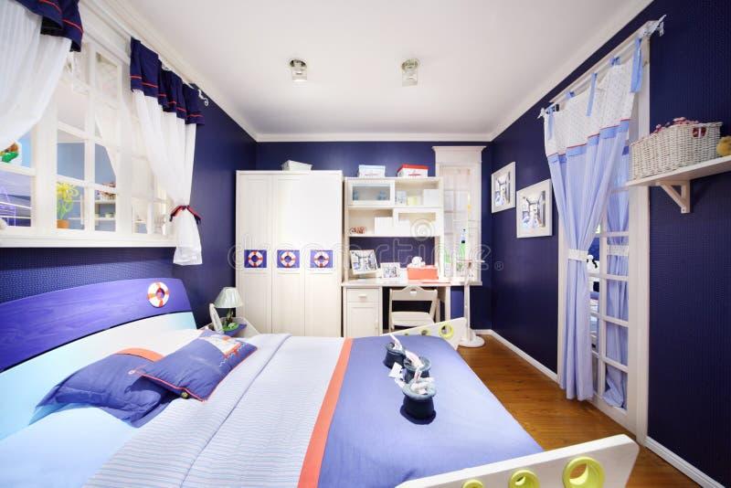 男孩的时髦的蓝色卧室 免版税图库摄影