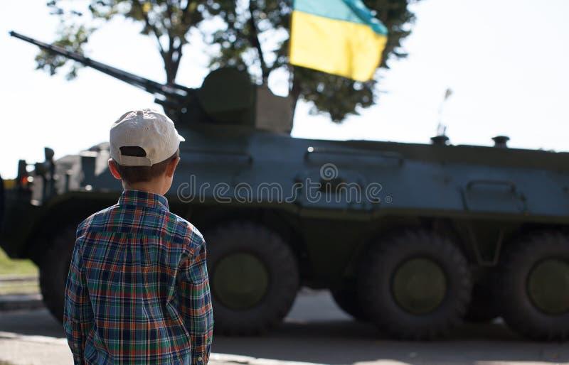 男孩看坦克 免版税库存图片