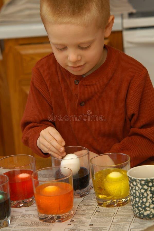 男孩着色鸡蛋 免版税库存图片