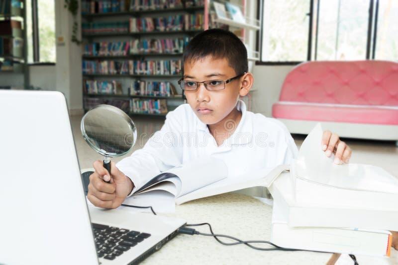 男孩研究计算机 免版税库存照片
