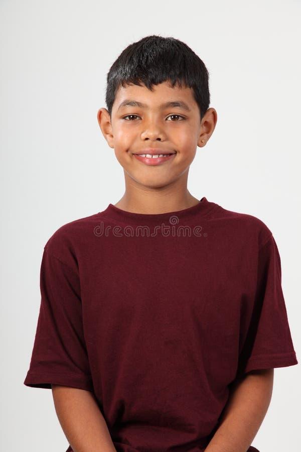 男孩种族纵向微笑的年轻人 免版税库存照片