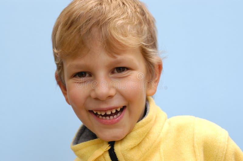 男孩笑 免版税库存图片