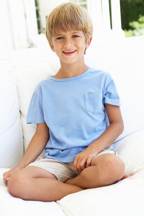 男孩纵向松弛沙发年轻人 库存照片