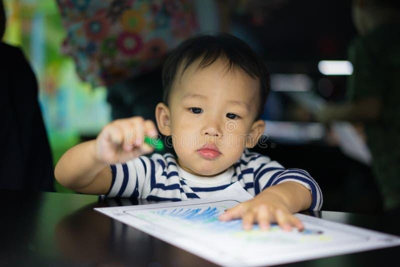 男孩绘与低灯 库存图片