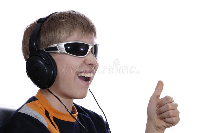 男孩耳机听的音乐 图库摄影