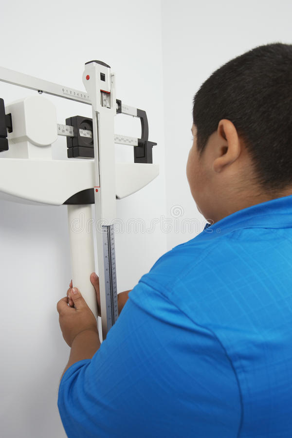 男孩背面图有标度的 免版税库存图片