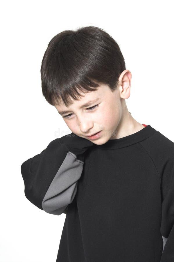 男孩脖子痛 免版税库存图片