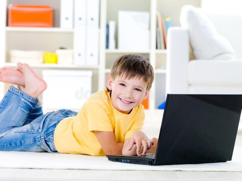 男孩膝上型计算机一点 免版税库存图片