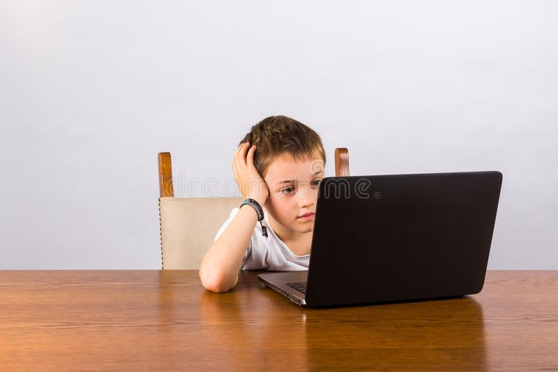 男孩膝上型计算机工作 免版税图库摄影