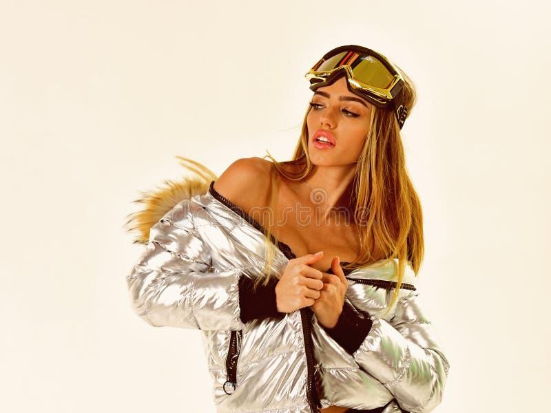 男孩节假日位置雪冬天 感到冷淡 冬季衣服的性感的妇女 节日快乐冬天 滑雪或雪板穿戴的女孩 库存照片