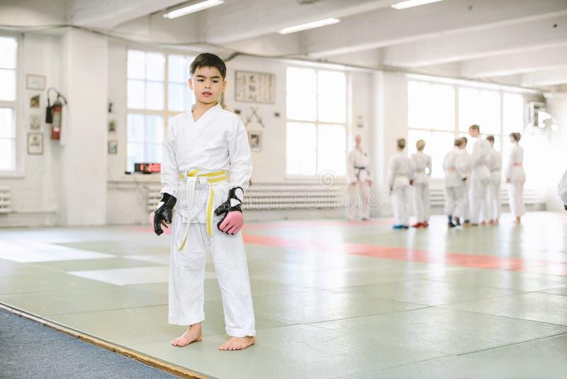 男孩被采取对一武术训练 免版税库存图片