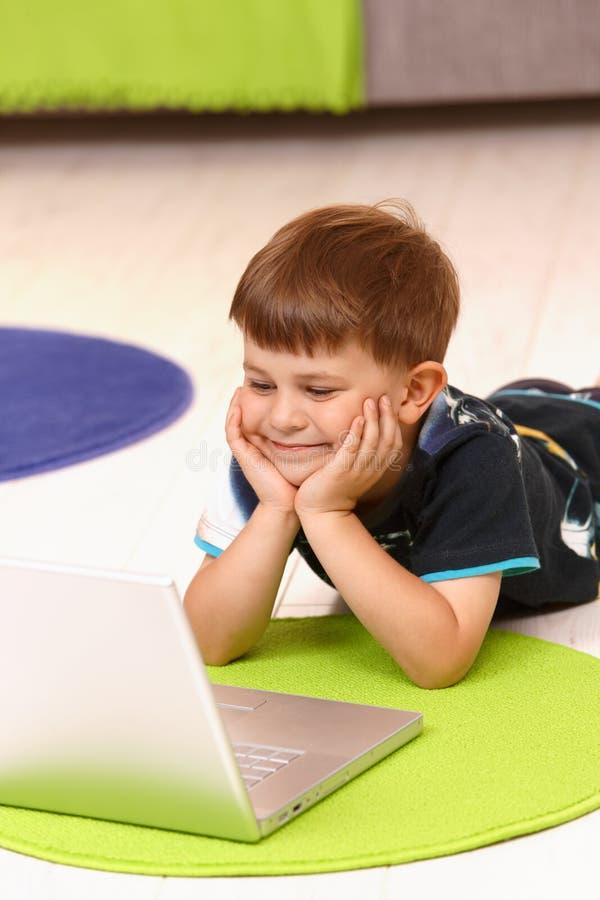 男孩计算机家一点使用 免版税库存图片