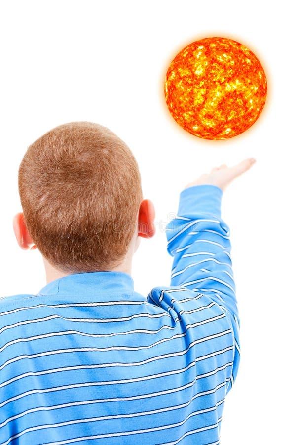 到达太阳的男孩尝试 免版税库存照片