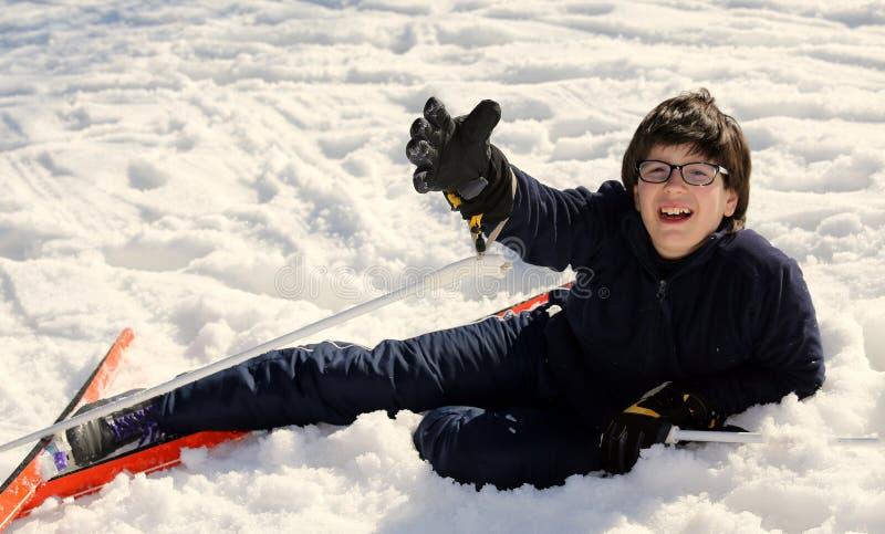 男孩请求帮忙在滑雪的秋天以后 库存照片