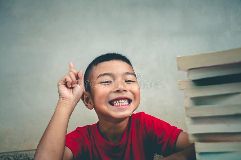 男孩读书获取更多知识,概念rea 免版税库存照片