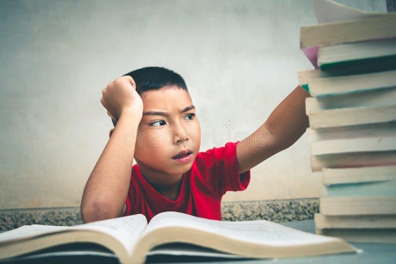 男孩读书获取更多知识 库存图片