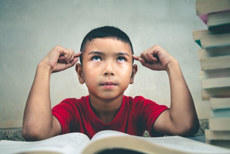 男孩读书获取更多知识 图库摄影