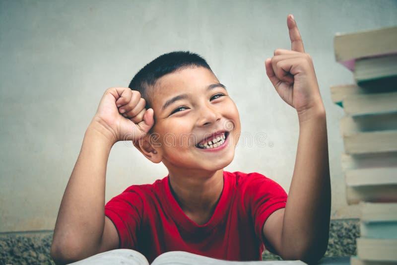 男孩读书获取更多知识 库存照片