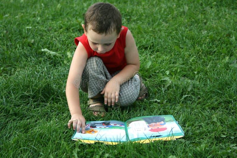 男孩读取 免版税库存图片