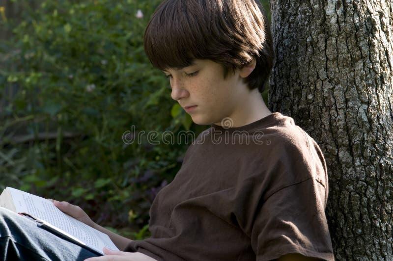 男孩读取 免版税库存照片