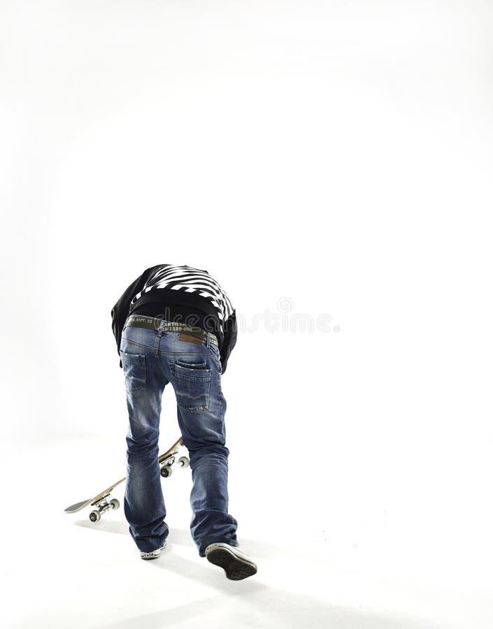 男孩跳滑板 免版税库存图片