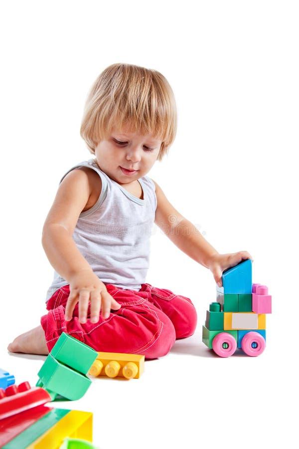 男孩逗人喜爱的小的使用的玩具 库存照片