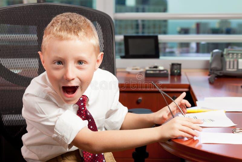 男孩逗人喜爱的愚蠢的办公室 库存照片