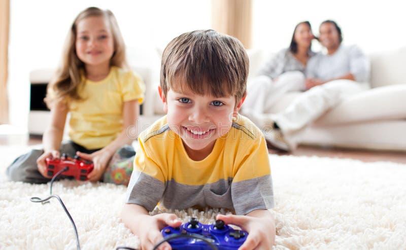 男孩逗人喜爱的比赛他小的使用的姐&# 免版税库存照片