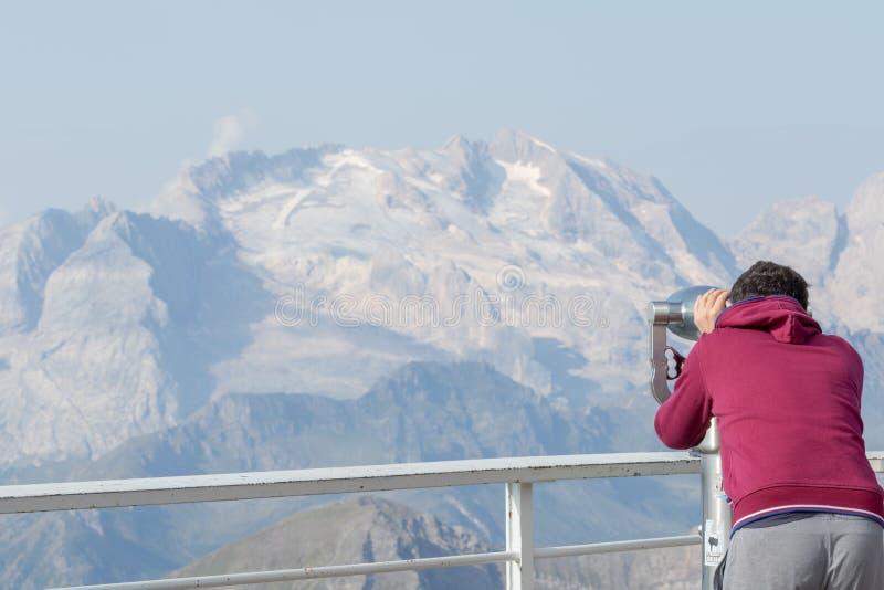 男孩通过一台双筒望远镜看 库存图片