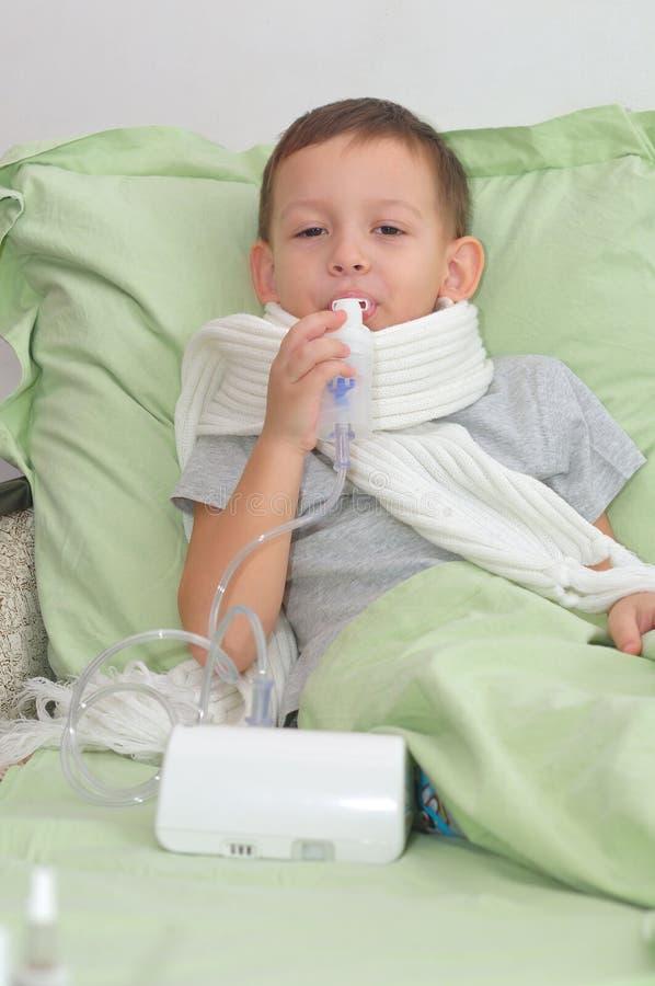 男孩通过吸入器呼吸 图库摄影