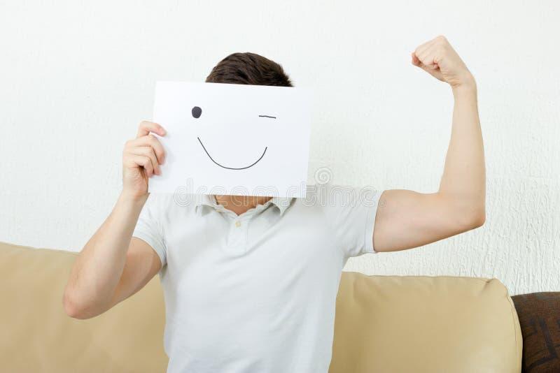 男孩闪光,并且培养拳头年轻男性给成功的方式做广告 库存图片