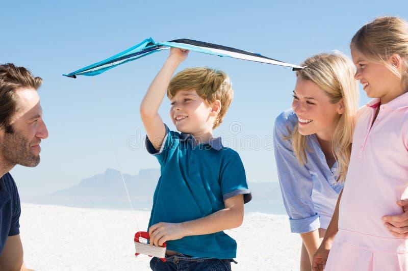 年轻男孩飞行风筝 库存照片