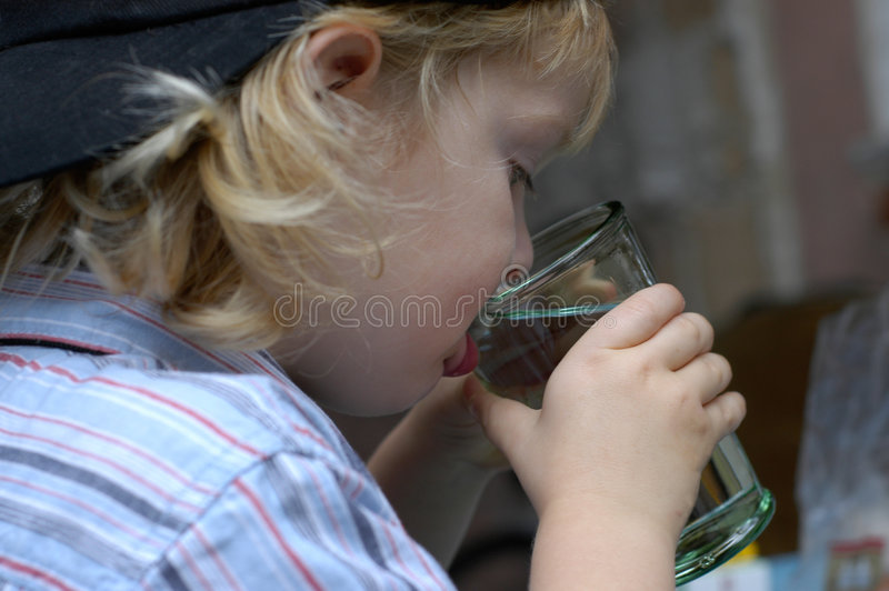 男孩饮用水 图库摄影
