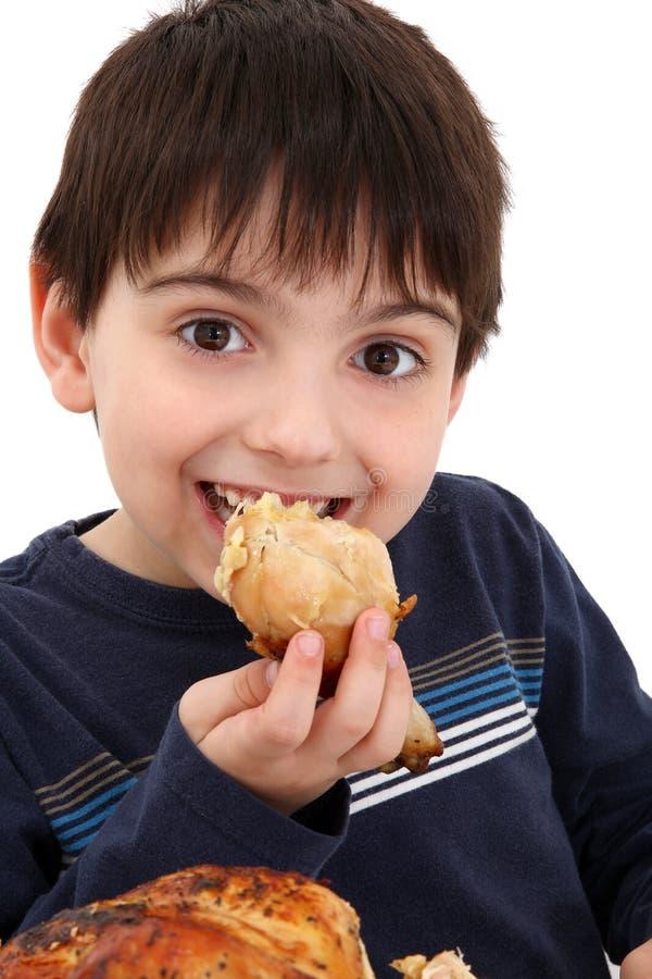 男孩鸡吃 免版税库存照片