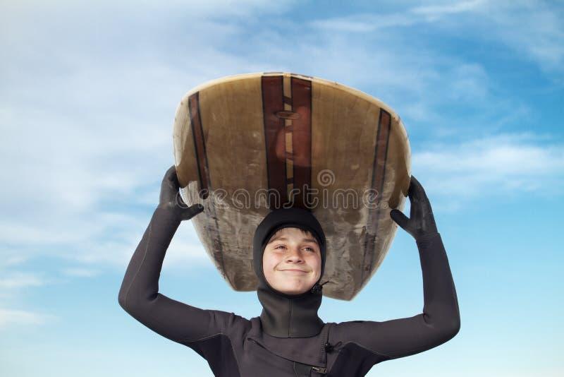年轻男孩去的冲浪 免版税图库摄影