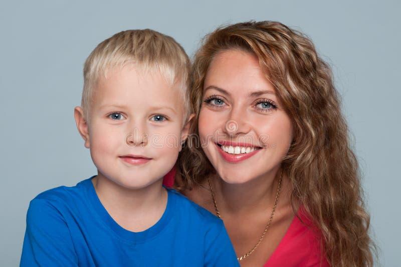 男孩他的小母亲 免版税库存图片